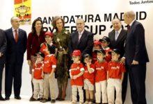 La Reina Sofía firma en el libro de la candidatura de Madrid 2018