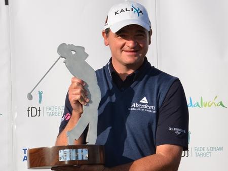 Paul Lawrie con el trofeo de campeón del Open de Andalucía de 2011