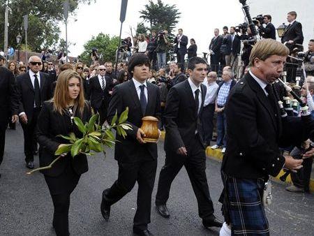 Javier Ballesteros, hijo mayor de Seve, lleva en sus manos las cenizas tras el funeral celebrado en Pedreña