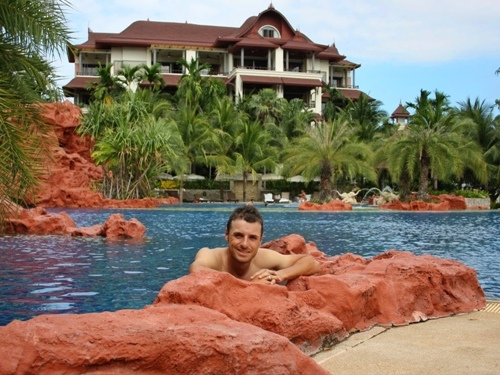 Javi Colomo en la piscina del hotel en un momento de relax tras su éxito en Asia