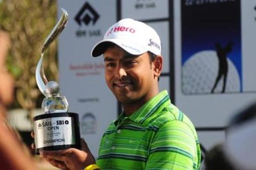 El indio Anirban Lahiri sujeta el trofeo de campeòn tras ganar en Nueva Delhi