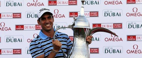Rafael Cabrera-Bello sostiene el trofeo de campeón del Dubai Desert Classic. Foto: Getty Images