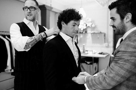 Rory McIlroy se toma medidas con el sastre Alexander Nash, para visitar a Obama