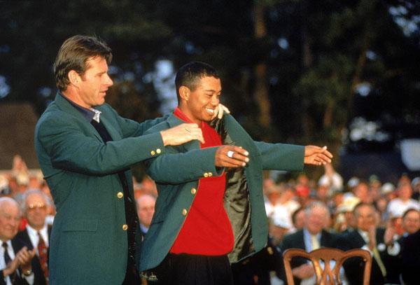 Nick Faldo impone a Tiger Woods su primera Chaqueta Verde, en 1997. Foto: John Biever/SI