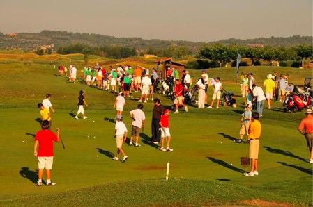 Golfistas practican su deporte preferido