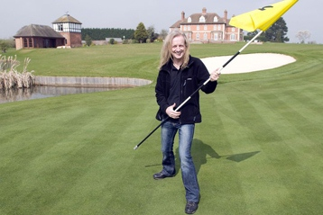 Un rockero inaugura su propio campo de golf