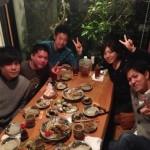Mika Miyazato con sus amigos en un local de Okinawa