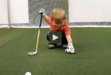 Owen, 21 meses y genio del golf (VÍDEO)