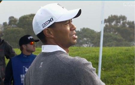 Tiger Woods observa el vuelo de la bola en Torrey pines