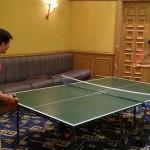 Y E Yang jugando al ping pong. @Y_E_Yang