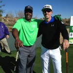 Hunter Mahan con el Hall of Famer Darrell Green exjugador de fútbol americano