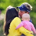 Luke Donald besando a su esposa Diana