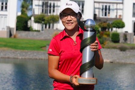 Lydia Ko sujeta el trofeo del Open de Nueva Zelanda. Foto: LET