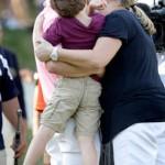 Zach Johnson besa a su esposa Kim después de ganar el John Deere Classic