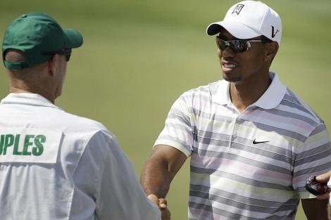 Tiger Woods saluda al que ahora es su 'caddie', Joe LaCava, tras una ronda