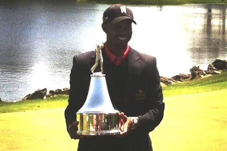 Tiger Woods con el trofeo 2013 del Arnold Palmer Inv.  Twitter