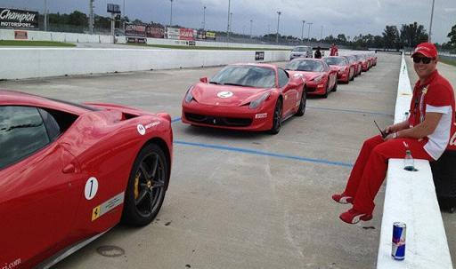Stuart Appleby posa junto a los Ferraris. Foto vía twitter de Appleby