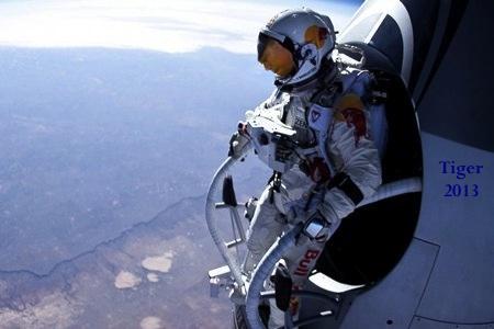 Tiger Woods, en una recreación del salto desde la estratosfera de Felix Baumgartner