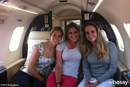 Belen Mozo, Azahara Muñoz y Beatriz Recari avión