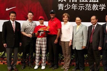 Guan Tianlang junto a Tiger Woods