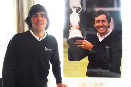 Javier Ballesteros posa delante de un cartel de su padre, Seve, con la Jarra de Clarete. Foto: OpenGolf