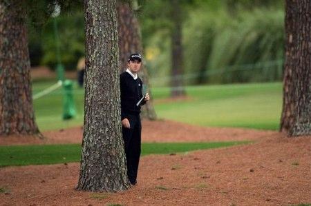 Martin Laird, tras un árbol en Augusta
