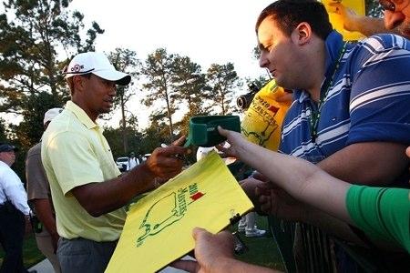 Tiger Woods firmando autógrafos. Foto: Masters.com