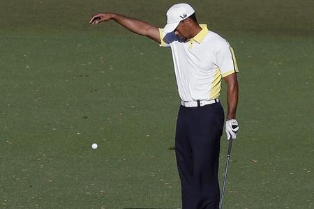 Tiger Woods dropando en el 15 Foto Masters