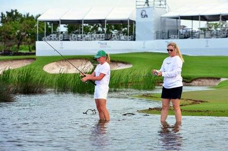 Lewis y Lincicome, pescan en el hoyo 9 en Bahamas. Foto: LPGA Tour