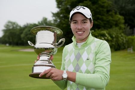 Carlota Ciganda, con el trofeo del Open de Holanda 2012