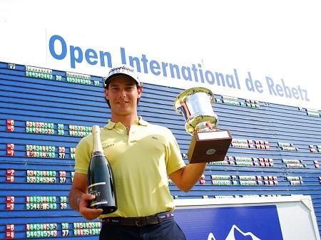 Borja Etchart, con su trofeo de campeón en el Alps Tour