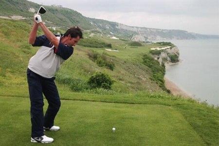 Gonzalo Fdez.-Castaño golpea desde un tee en el campo búlgaro del Thracian Cliffs