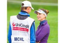 Stefanie-Thomas S.A.: ella es líder en Alemania, él es novio, 'coach' y 'caddie'