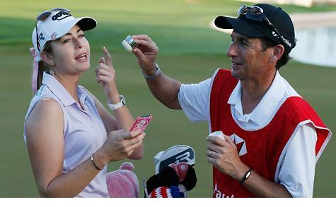 Paula Creamer es atendida por su 'caddie'. Foto: LPGA Tour