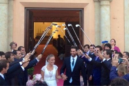 Álvaro Quirós sale de la Iglesia en donde se casó