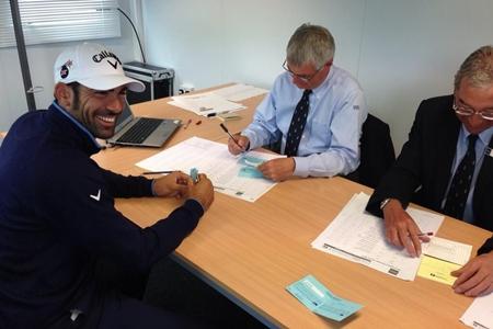 Álvaro Quirós en el momento de firmar la tarjeta Foto Callaway Golf