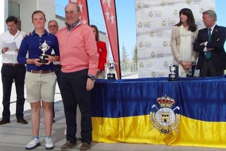 Entrega de premios del Abierto de Madrid, con Joaquín Molpeceres, propietario de El Encín, posando con la joven campeona