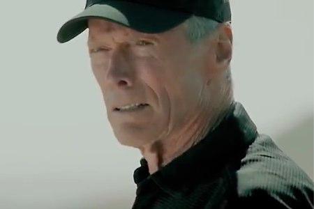 Clint Eastwood, rápido en el Oeste lento en golf (VIDEO)