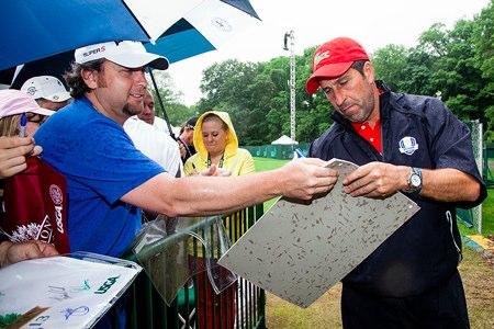 Jose Mari Olazábal firma autógrafos en la ronda de prácticas del US Open. Foto  USGA/Hunter Martin