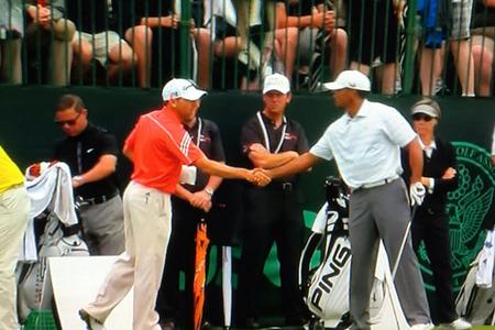 Sergio Garcia y Tiger Woods en el momento del apretón de manos. Foto: golfchannel.com