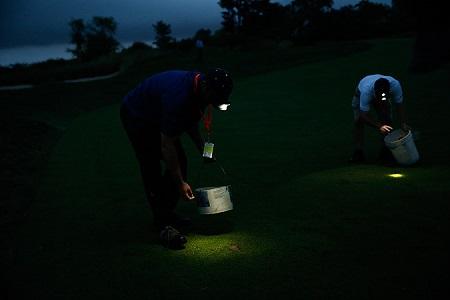 Operarios de Merion trabajando por la noche. Foto USGA