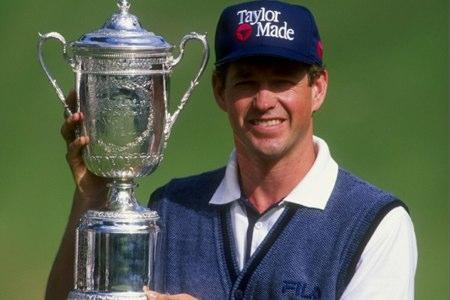 Lee Janzen sujeta el trofeo del US Open