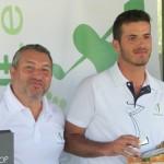 El director de OpenGolf, Fernando Molina (izqda), entrega uno de los premios