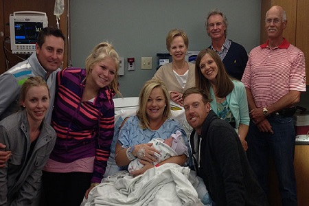 Hunter Mahan y familia posan con la recién nacida. Foto cortesía d ela familia Mahan-PGA Tour