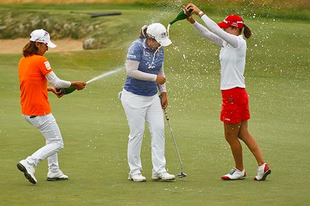 Inbee Park es bañada en champán por sus compatriotas tras ganar el US Open. Foto USGA