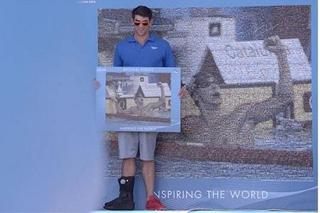 Michael Phelps posa en Barcelona delante del mural