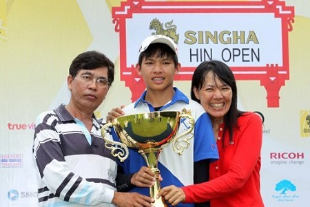 Pachara Khongwatmai junto a sus padres