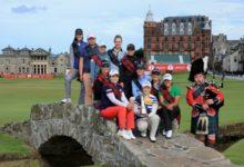 Recari y otras estrellas posan en el famoso Swilken Bridge del Old Course