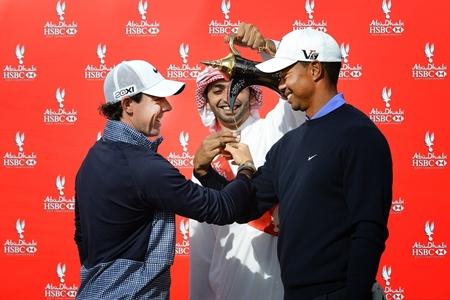 Rory McIlroy y Tiger Woods, en un mano s msno en Abu Dabi
