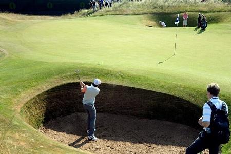 Rory McIlroy trabaja en los bunkers de Muirfield, foto Twitter The Open